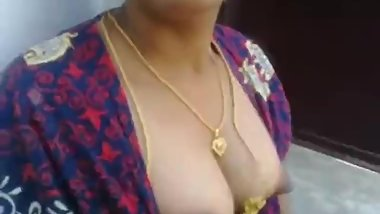 aunty showing boobs