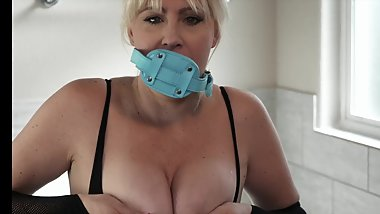 Squirting gagged milf